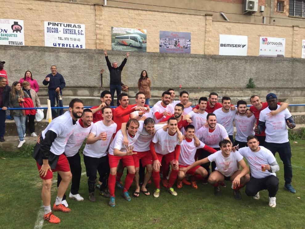 El Calamocha celebrando su ascenso a Tercera División en el campo del Utrillas