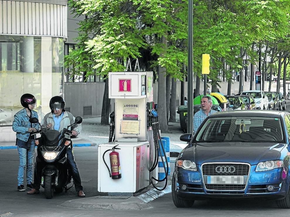 Un zaragozano echa gasolina en una de las estaciones de servicio de la capital aragonesa