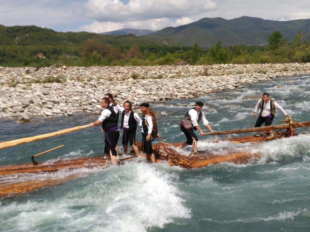 Una embarcación recorre el río en medio de un fuerte caudal