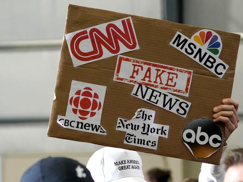 Pancarta contra las 'fake news' en una manifestación en Estados Unidos