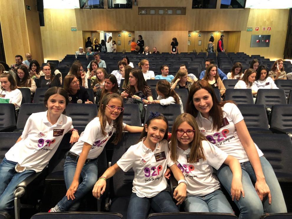 Las alumnas oscenses Alejandra, Paula, Sara y Valeria con su profesora de robótica, Patricia Heredia, en una de las fases del concurso internacional de emprendimiento tecnológico femenino.