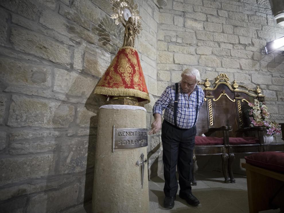 Jesús Cazo, junto a la Virgen del Pilar situada en el altar mayor de la iglesia de San Sebastián.