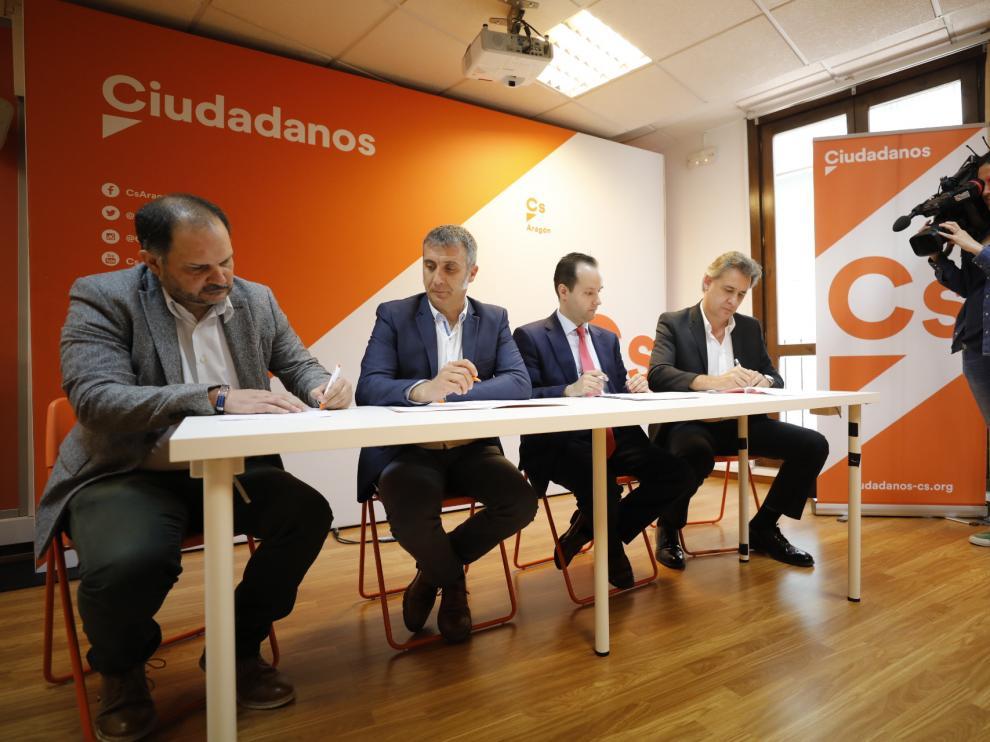 Firma de la integración de Compromiso con Aragón en Ciudadanos.