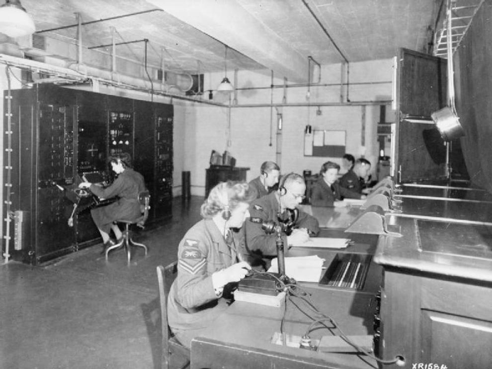 Operadores de la red Chain Home en la II Guerra Mundial. A la izquierda, la operadora de radar