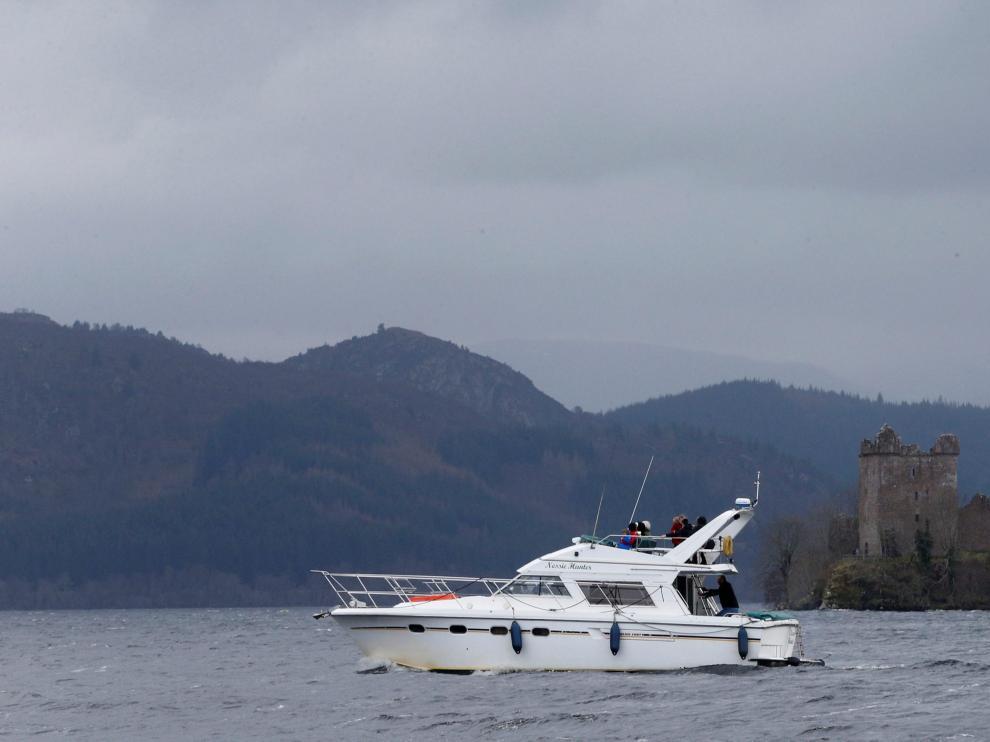 Un barco navegando en el lago Ness.