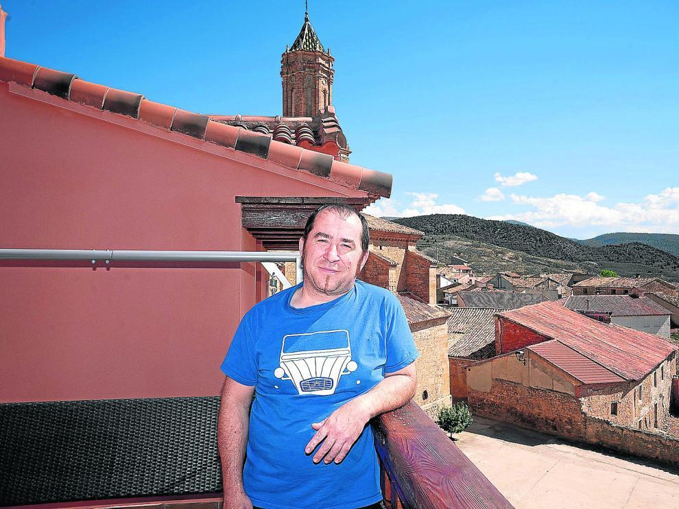 José Miguel Cortés, en la terraza del Castillo de Celia, su proyecto turístico y vital, con la sierra de Javalambre al fondo.