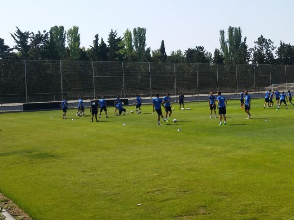La plantilla del Real Zaragoza, en el entrenamiento de este jueves en la Ciudad Deportiva.