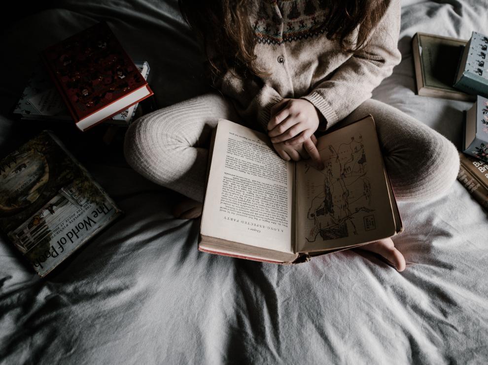 Muchas personas escogen el momento de irse a dormir como tiempo de lectura.