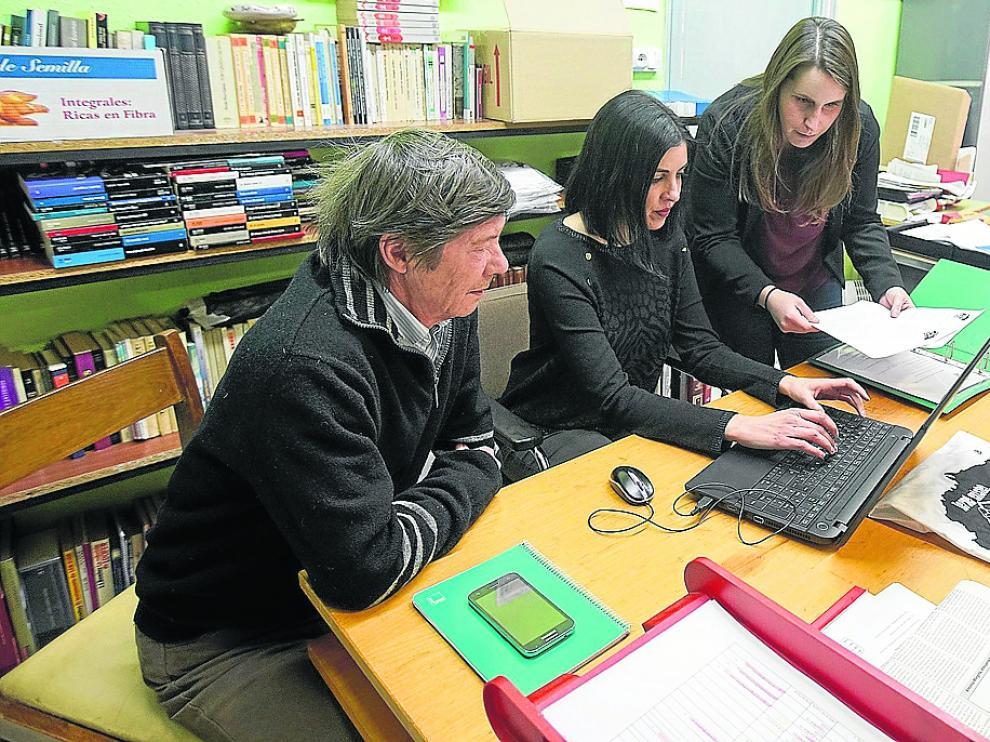 Miembros de Teruel Existe y la Federación Vecinal preparando, en marzo, la manifestación.