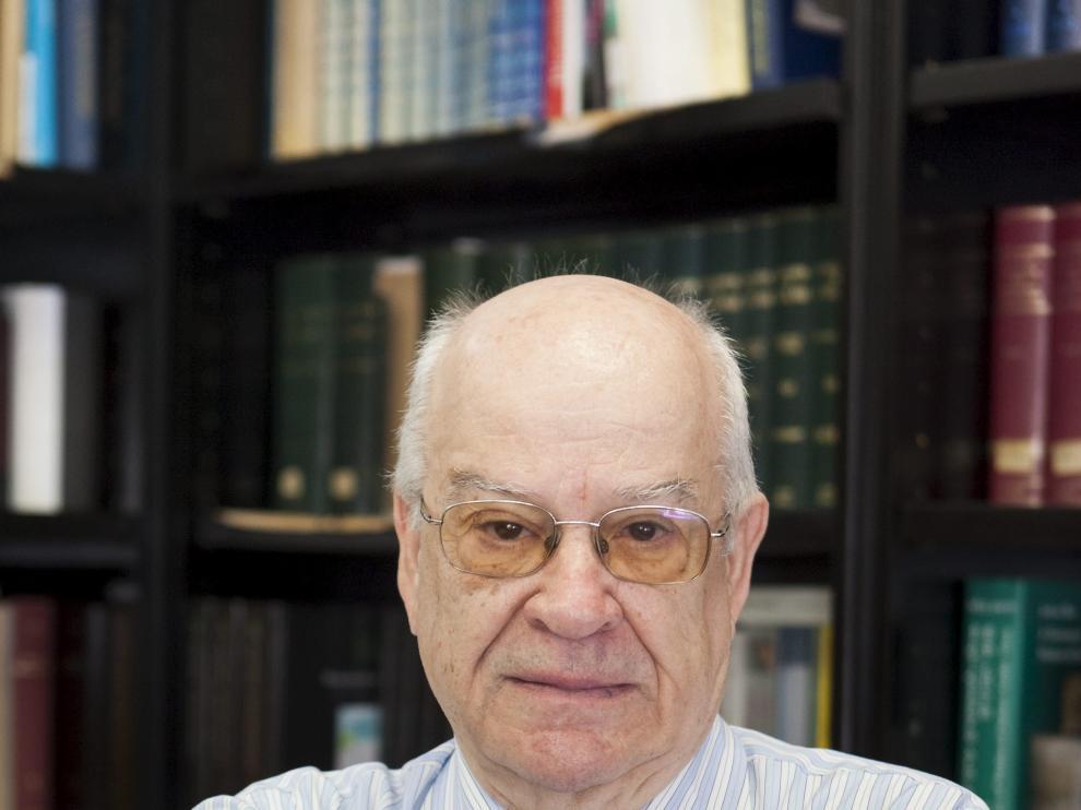 Corriente, en su despacho de la Universidad de Zaragoza.