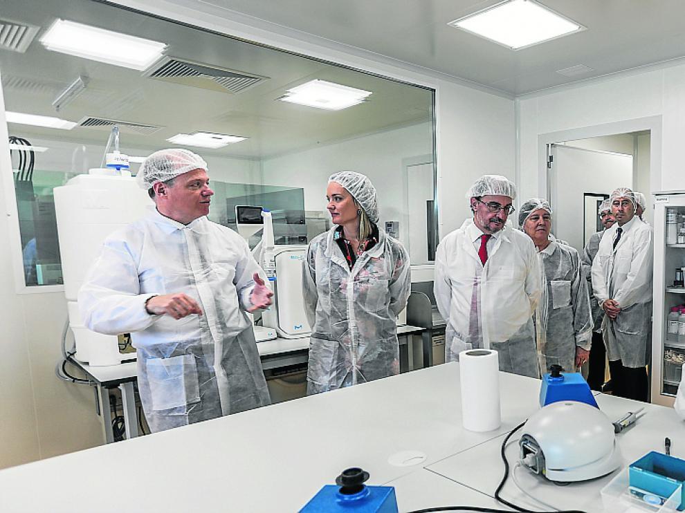 Carlos Genzor enseña las instalaciones de Certest Biotec a Javier Lambán y la consejera Pilar Alegría.