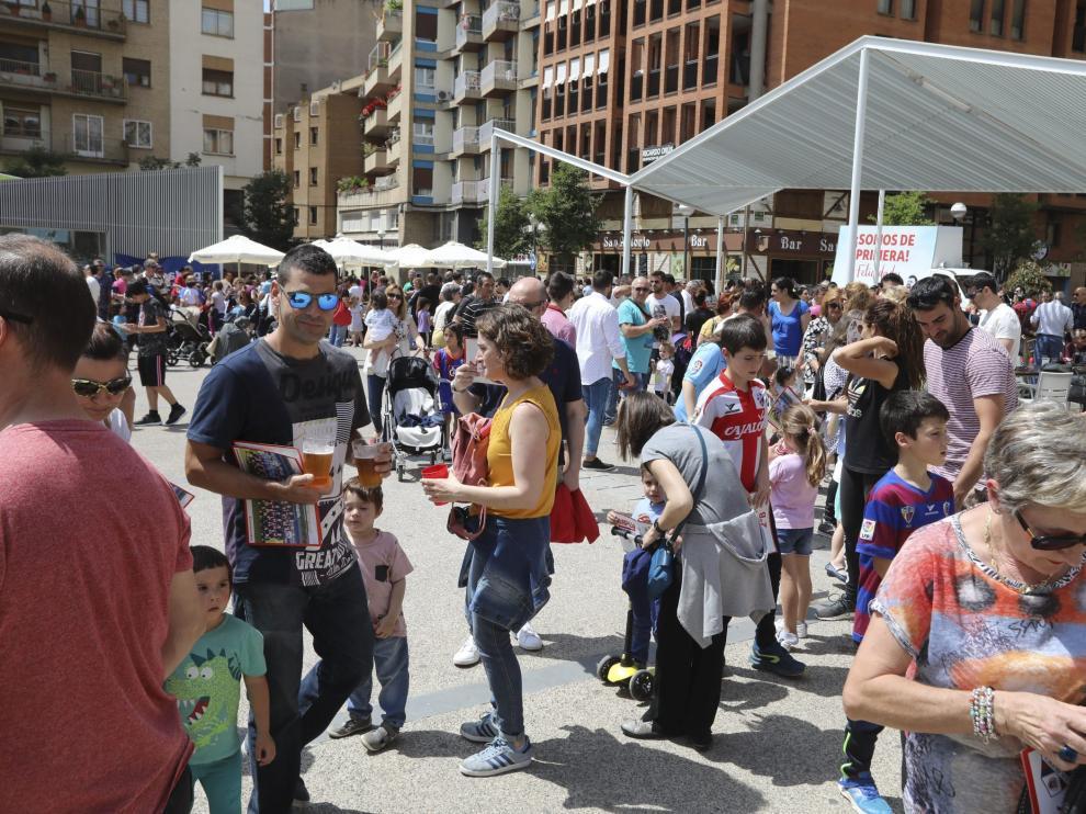 Lleno en la plaza de San Antonio en la celebración organizada por las peñas con motivo del ascenso a Primera