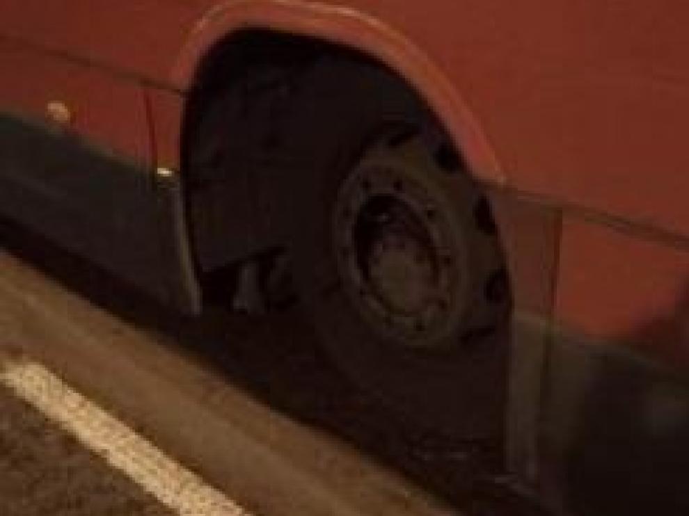 Imagen de la rueda del vehículo que perdió todos sus tornillos.