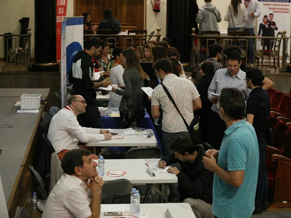 Decenas de jóvenes se han dado cita en la II Feria de Empleo y Emprendimiento de la Cámara de Comercio de Zaragoza