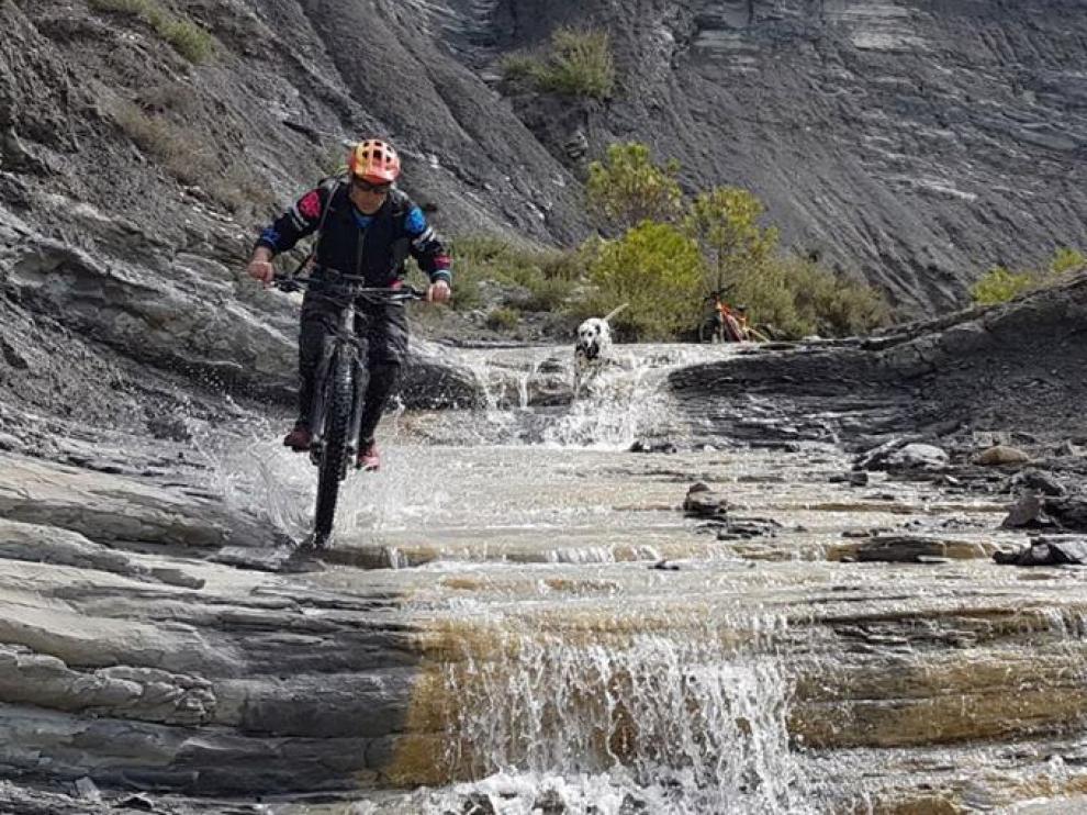 Un ciclista atraviesa una de las rutas para BTT de Sobrarbe