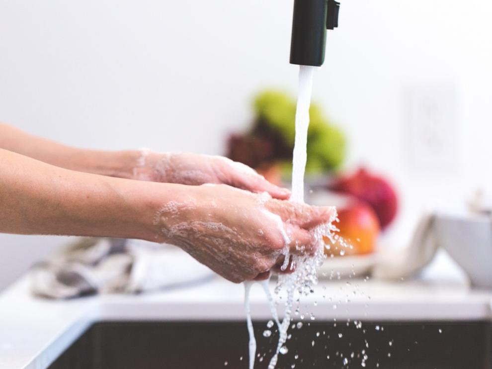 Lavarse las manos antes de tocar los alimentos es una de las normas que debe imperar en cualquier cocina.