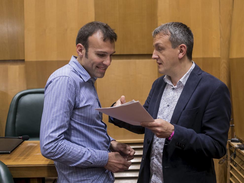 Pablo Muñoz y Fernando Rivarés, en el pleno municipal de este lunes.