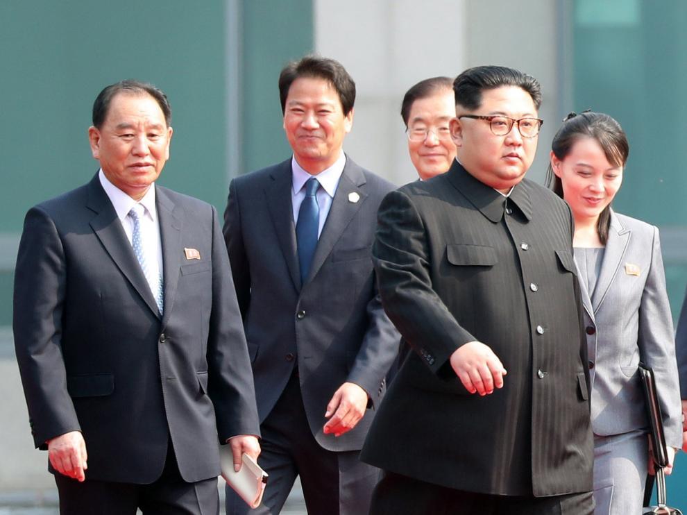 Kim Jong-un junto a uno de los altos argos del gobierno norcoreano, Kim Yong-chol a la izquierda