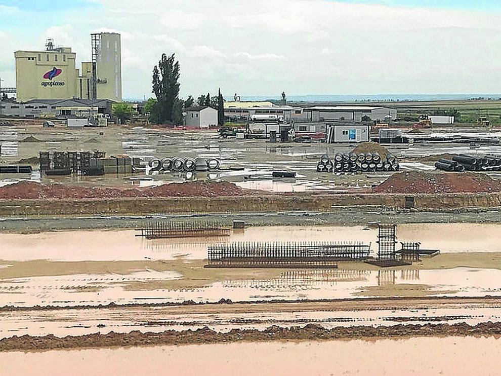 Las lluvias alteran los trabajos de movimiento de tierras. Las intensas precipitaciones registradas en los últimos días han convertido en una piscina los terrenos donde el grupo Pini levantará el matadero y han alterado el calendario de trabajo para realizar el movimiento de tierras y los muros perimetrales.