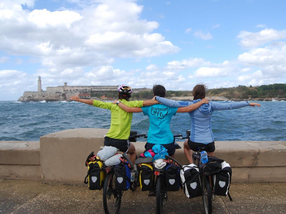 Sandra Cuello junto a dos amigas con las que viajaron a Cuba en bicicleta.