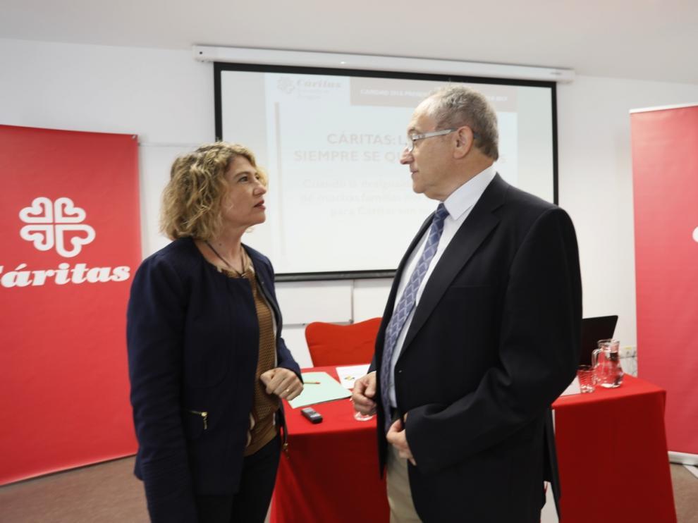 Cristina García, secretaria general de Cáritas Diocesana de Zaragoza, y Carlos Gómez, director de la entidad.