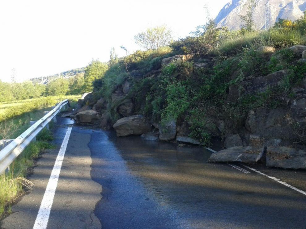 Desprendimiento en la carretera entre Campo y Las Vilas