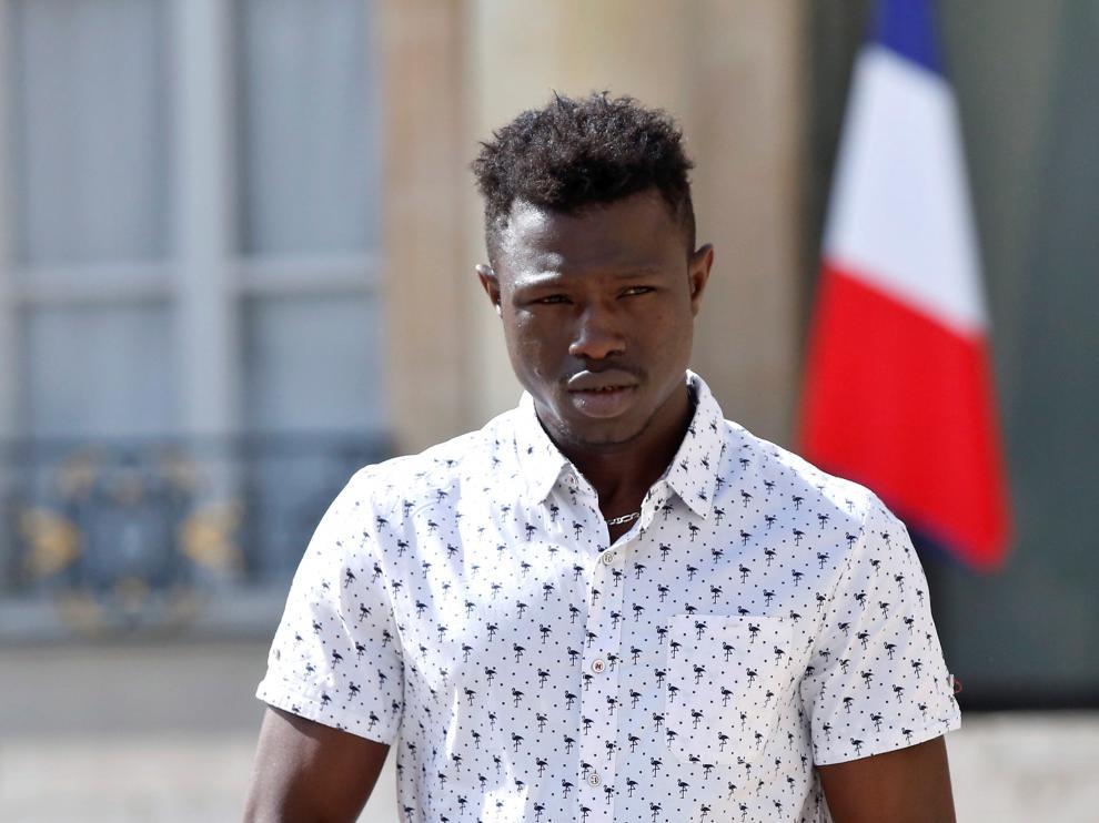 Mamoudou, el 'spiderman' francés que salvó a un niño que estaba a punto de caer al vacío, se convirtió en un héroe en Francia.