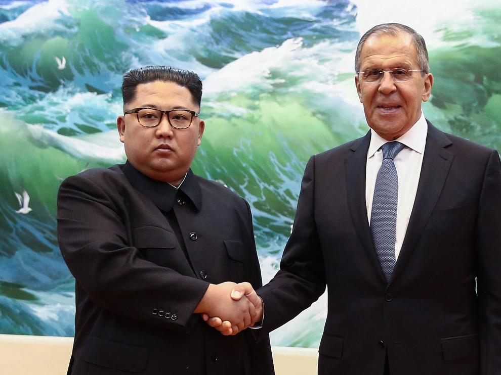 El líder norcoreano, Kim Jong-un y el ministro de Exteriores ruso, Serguéi Lavrov.