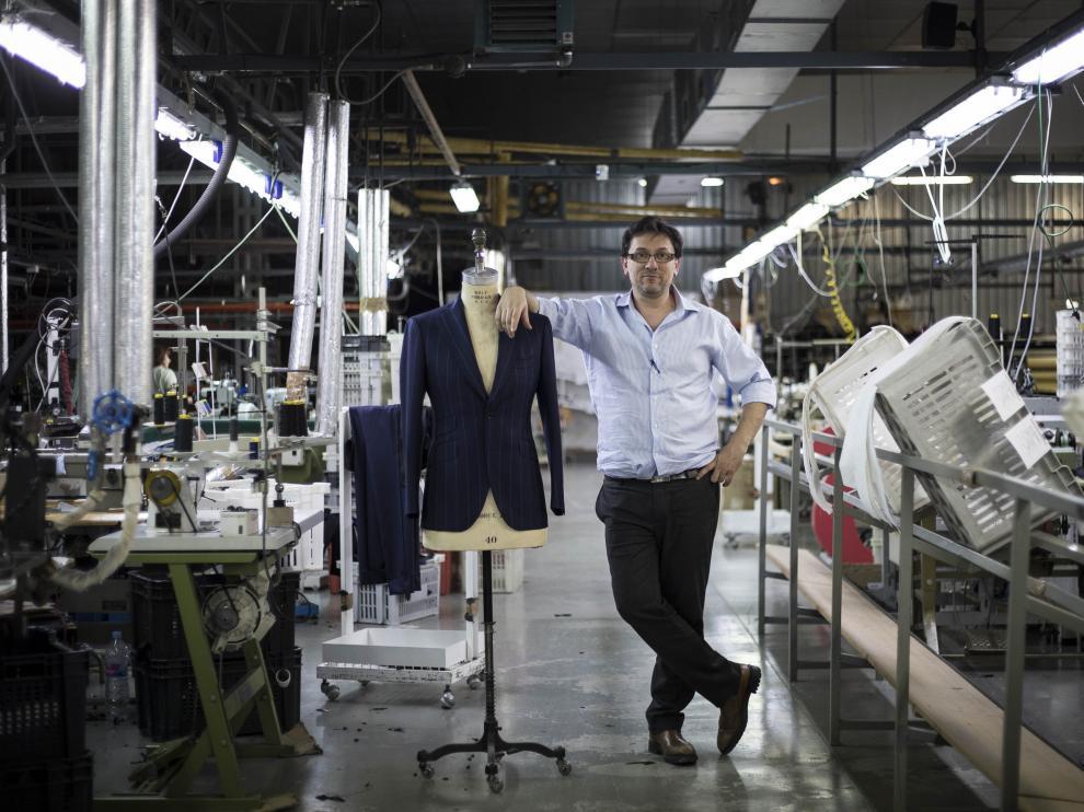 Toni Rams, en la planta de confección que tiene su empresa en Mazaleón.