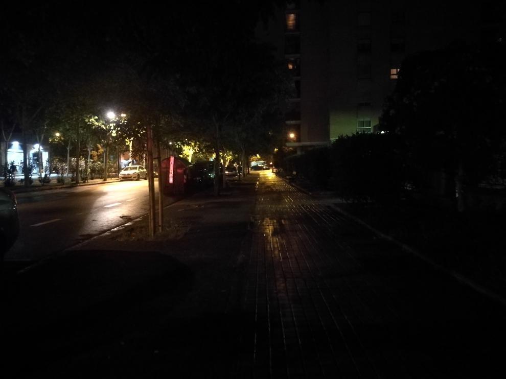 La calle Condes de Aragón, por la noche, sin iluminar
