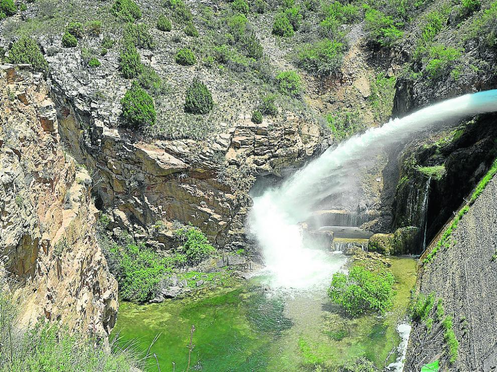 Caudal de salida de la presa al río Guadalaviar para compensar las entradas.