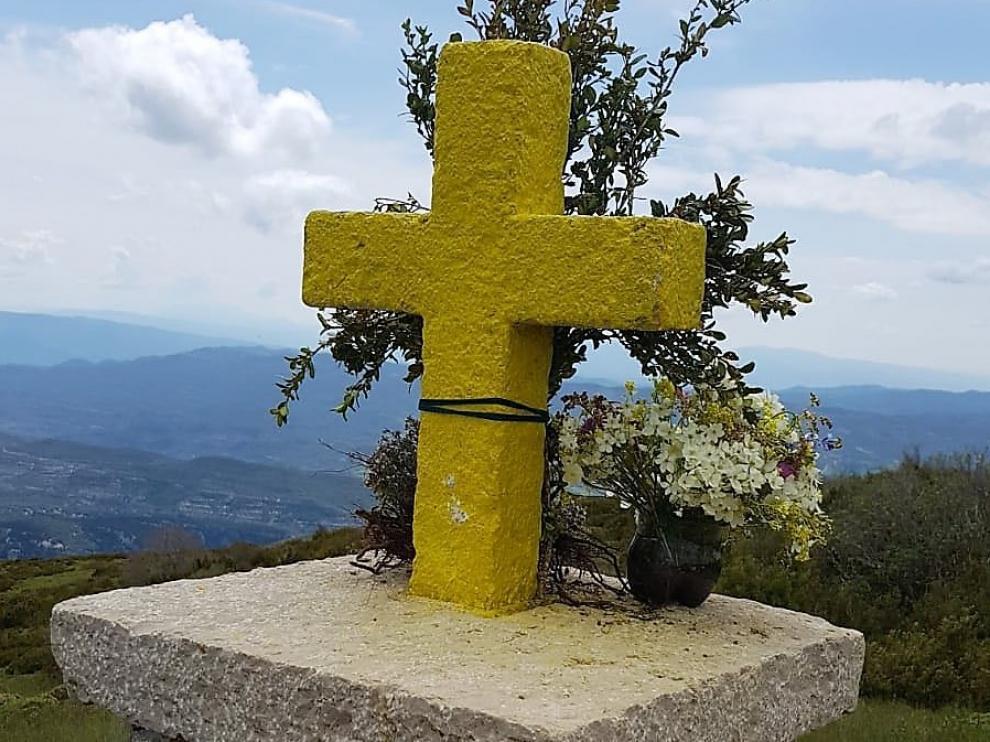 La Cruz del tozal de Asba ha aparecido este sábado pintada de amarillo.