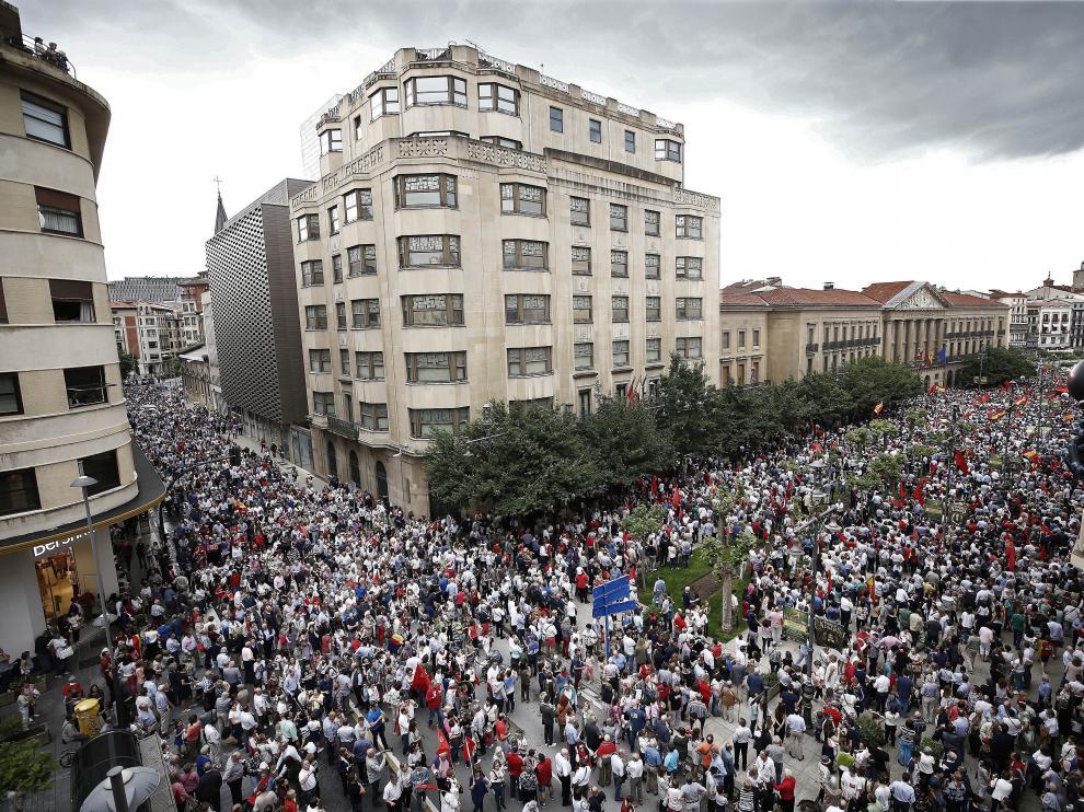 """Miles de personas se manifiestan en Pamplona contra la """"imposición"""" del euskera"""