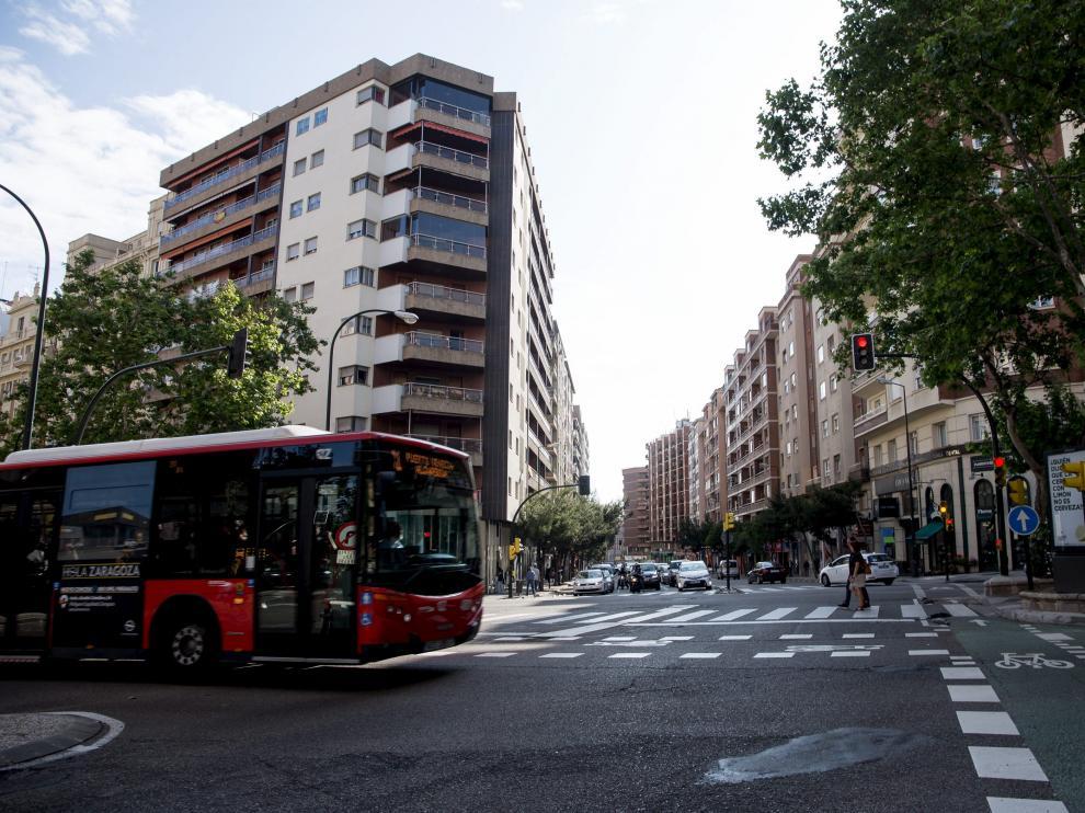 El punto más complicado. El cruce del paseo de Sagasta con Camino de las Torres es el más complicado para aplicar la prioridad semafórica. La longitud de los pasos de peatones y la ausencia de 'refugios' para los viandantes hace que sea difícil dejar vía libre para que pasen los autobuses.