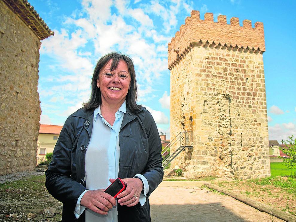 La alcaldesa de Villarreal de Huerva, Rosario Lázaro, en el recinto amurallado de la localidad.