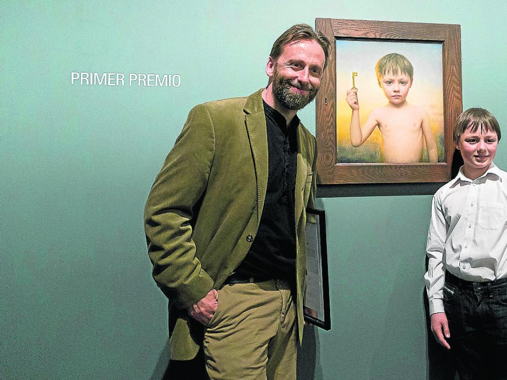El pintor irlandés Conor Walton y su hijo Daniel, junto a la obra ganadora del concurso.