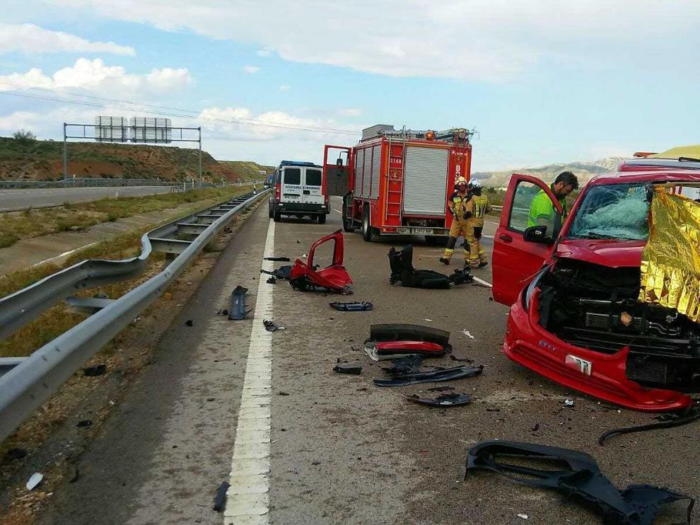El conductor de este furgón de color rojo resultó fallecido en el acto al chocar contra el todoterreno en Botorrita.