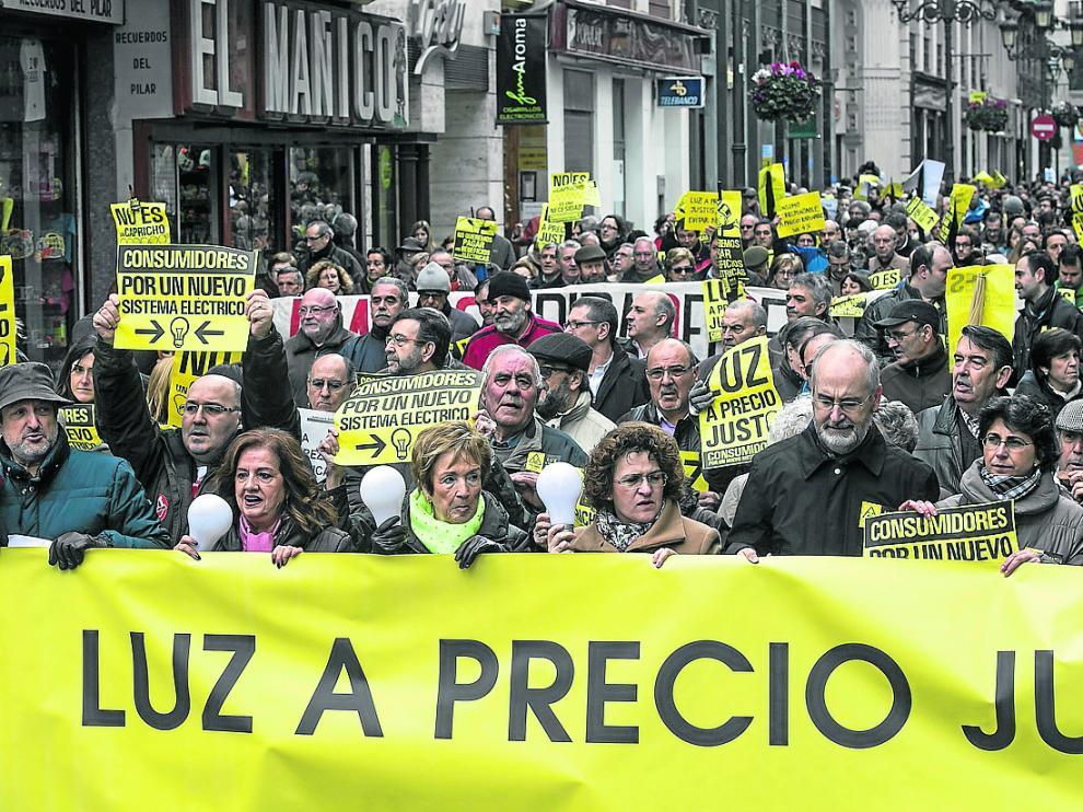 Imagen de una manifestación en Zaragoza en 2014 reclamando una energía más asequible.