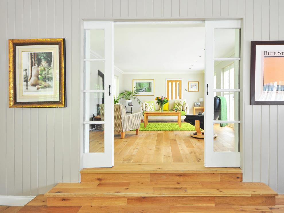 Otra alternativa es añadir colores atractivos a la decoración del hogar.