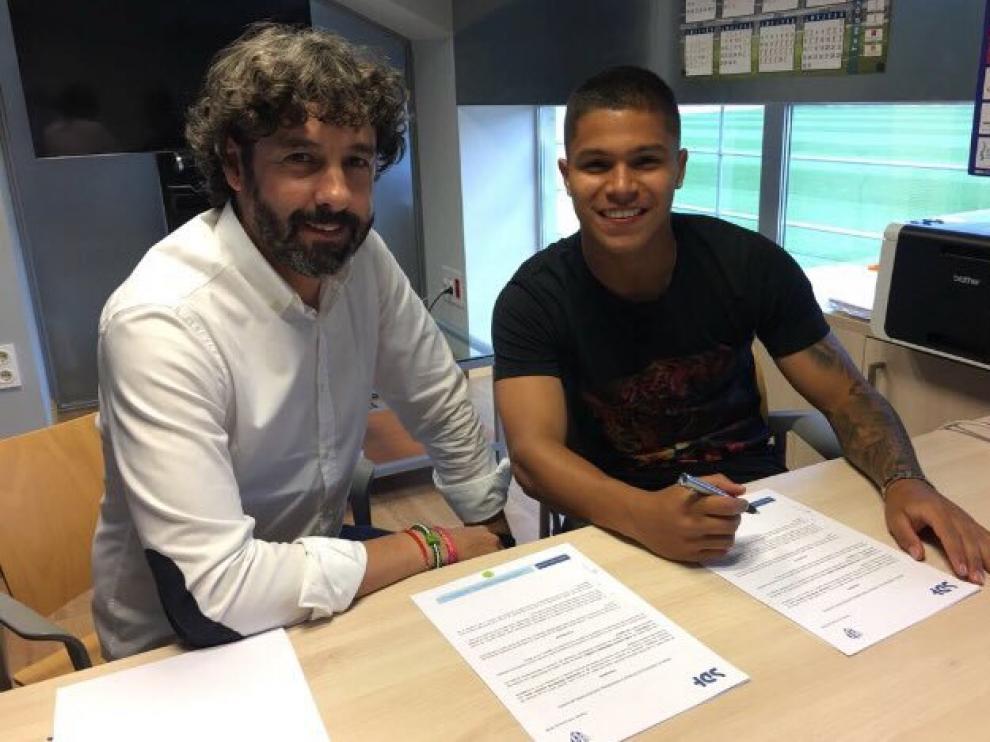 Cucho Hernández y Emilio Vega firman la ampliación del contrato del jugador.