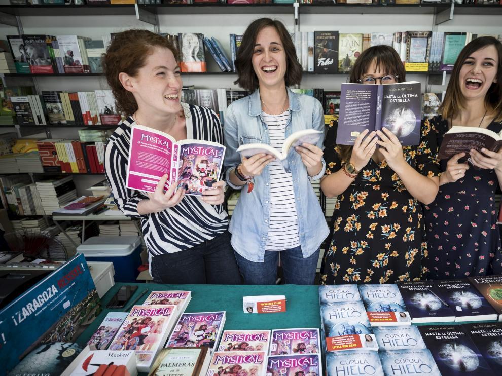 De izquierda a derecha, las autoras Marta Álvarez, Patricia García, Belén Martínez y África Vázquez, ayer en la feria del libro.