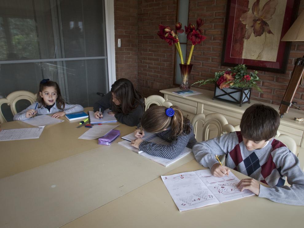 Foto de archivo de niños haciendo los deberes en familia