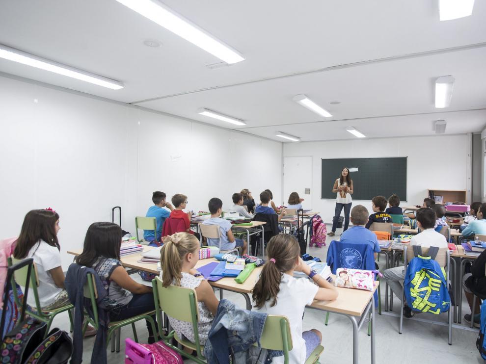 Entre las obligaciones de los menores están estudiar y respetar a sus profesores y compañeros.