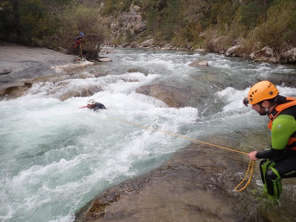 Los ríos y barrancos llevan este año fuertes caudales. En la imagen, los guías en un curso de reciclaje este mes de mayo en aguas bravas