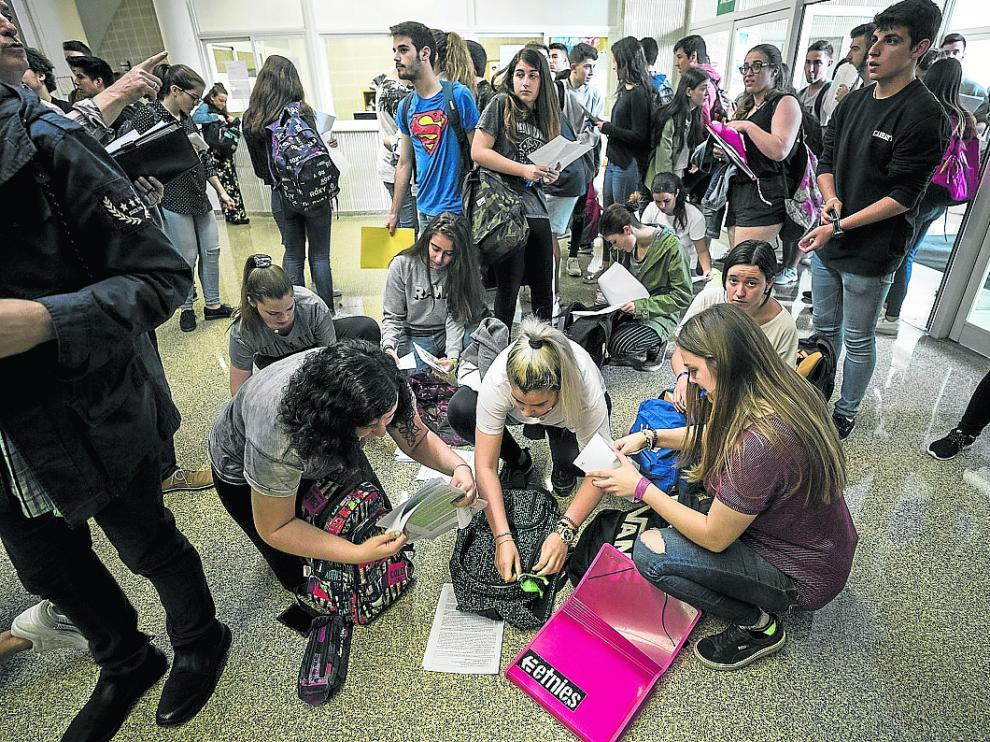 Un grupo de estudiantes espera para entrar en el aula de examen de la Facultad de Derecho.