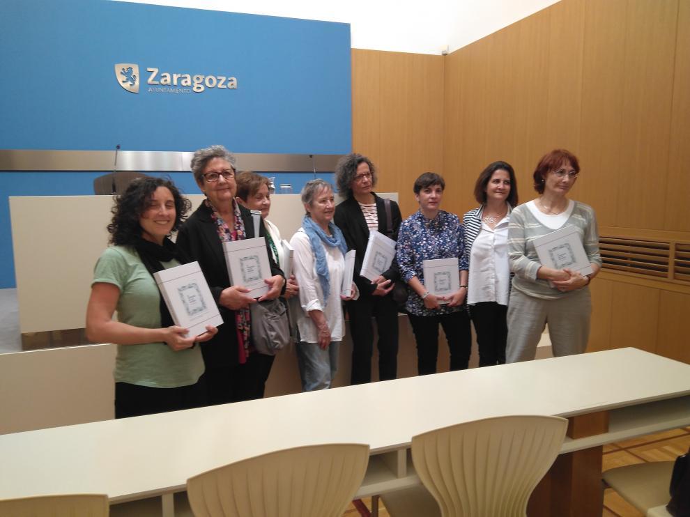 Las autoras del libro, junto a la concejal Arantza Gracia, esta mañana en el Ayuntamiento.