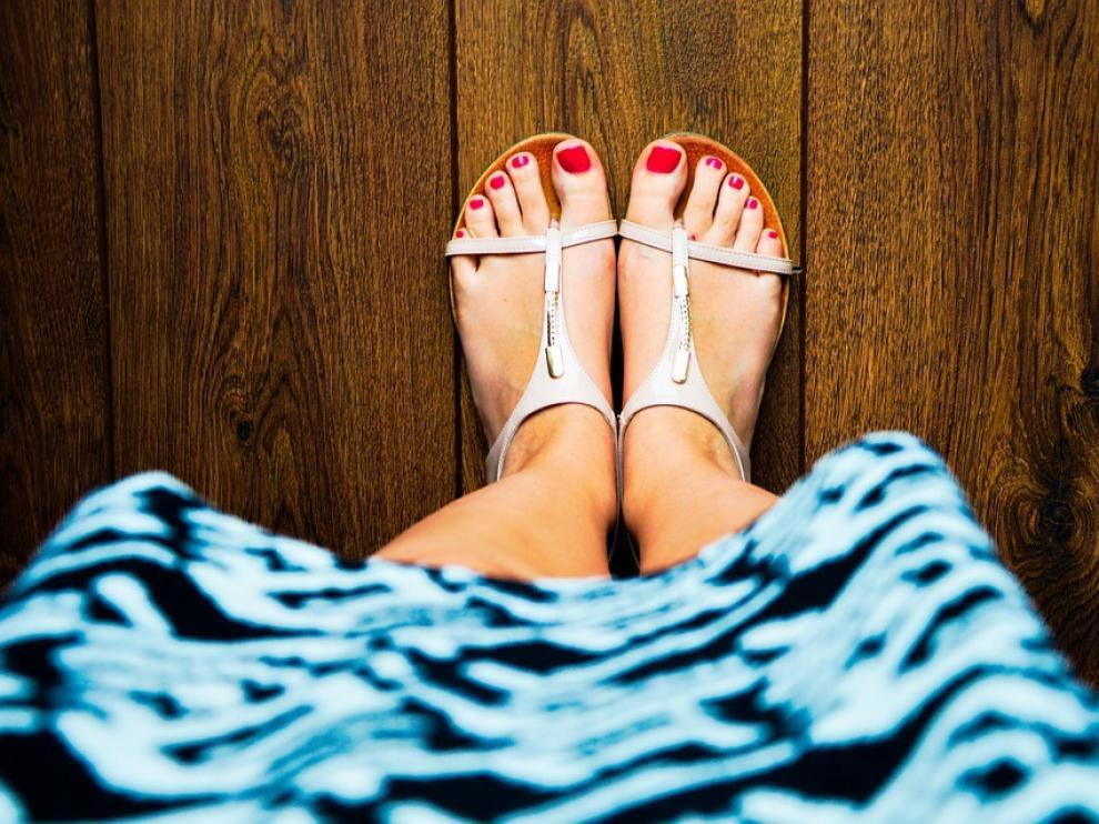 Podólogos advierten de que el verano conlleva mayor riesgo para los pies al estar más expuestos.
