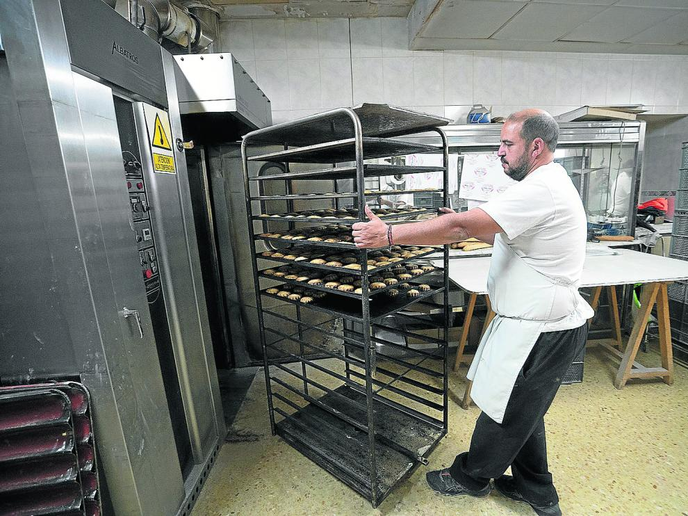 Domingo Hinojosa ha convertido la panadería de Villastar que heredó en un negocio de proyección comarcal.