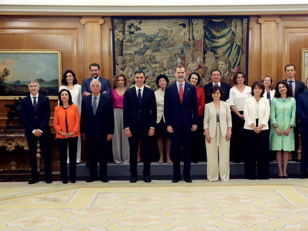 Foto del equipo de ministros tras prometer sus cargos ante el Rey.