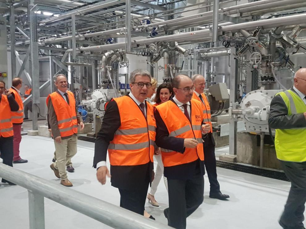 El presidente del Gobierno, Javier Lambán, y el director general de Gomà-Camps, Maties Gomà-Camps, inauguran la ampliación de las planta de Ejea
